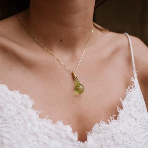 Gota de Lluvia verde en plata de ley con baño de oro.