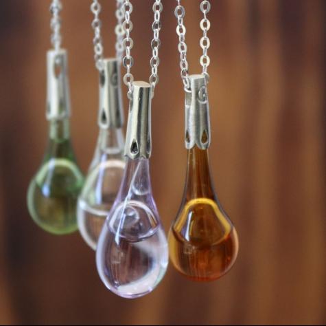 Gotas de lluvia en plata de ley